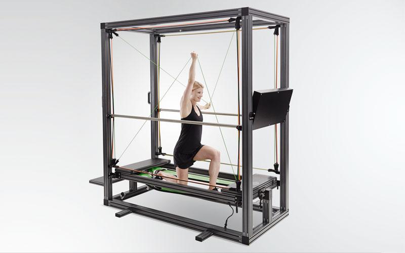 Eine junge Frau trainiert in einem Sportgerät