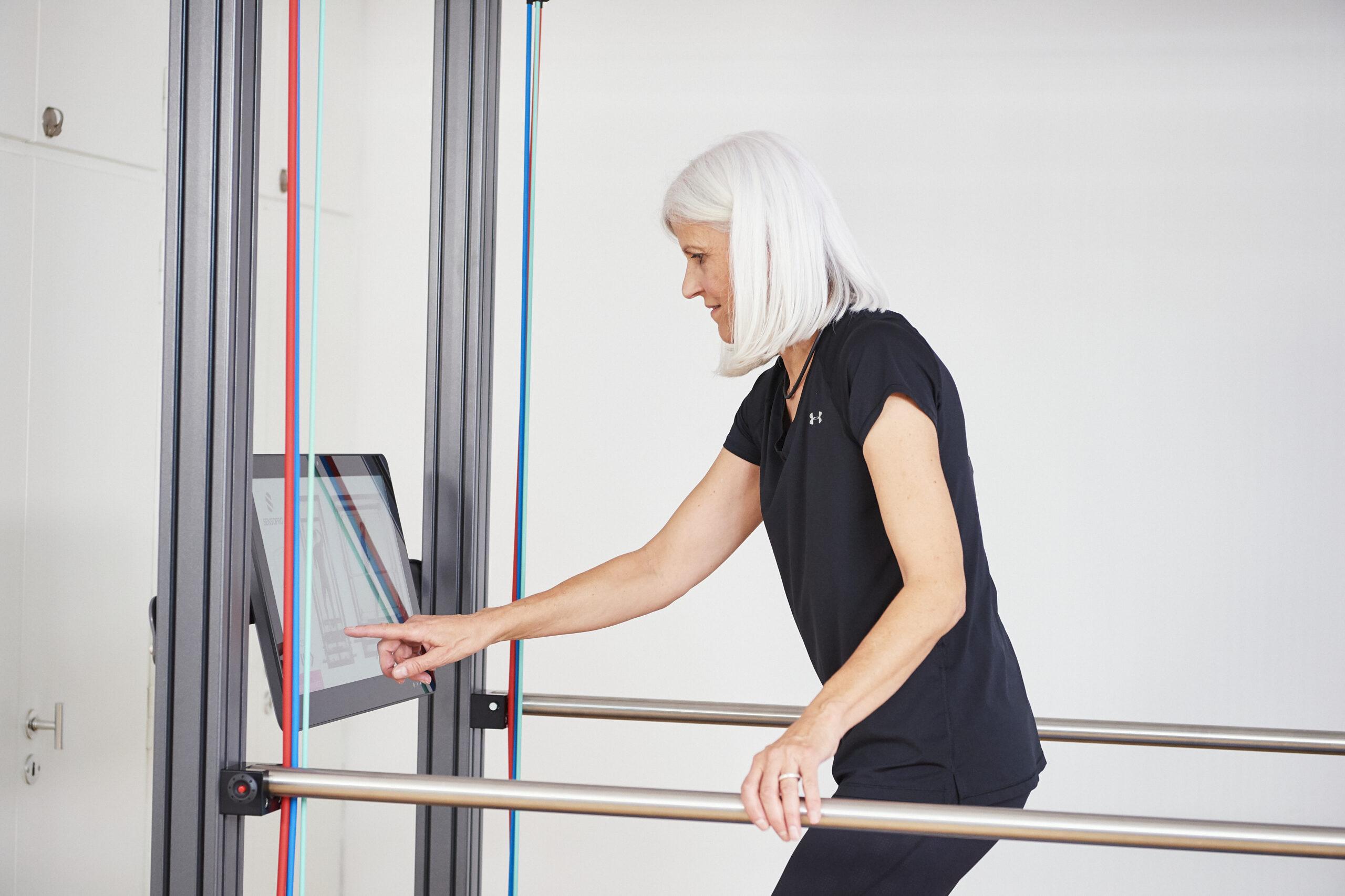 Ein Senior trainiert in einem Sportgerät
